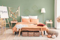 Schlafzimmer im Boho-Stil mit Flechtwaren