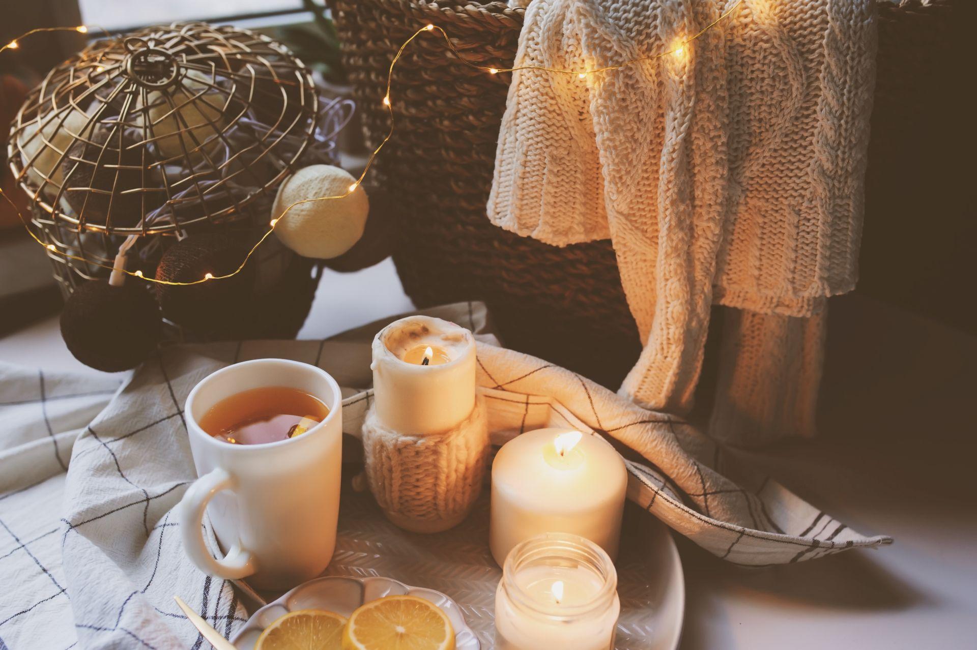 Kerzen, Wolldecke & Flechtkorb