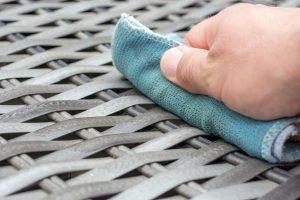 Polyrattan-Reinigung mit feuchtem Tuch