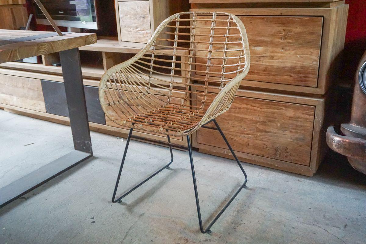 Moderner Stuhl aus gestäbtem Rattan