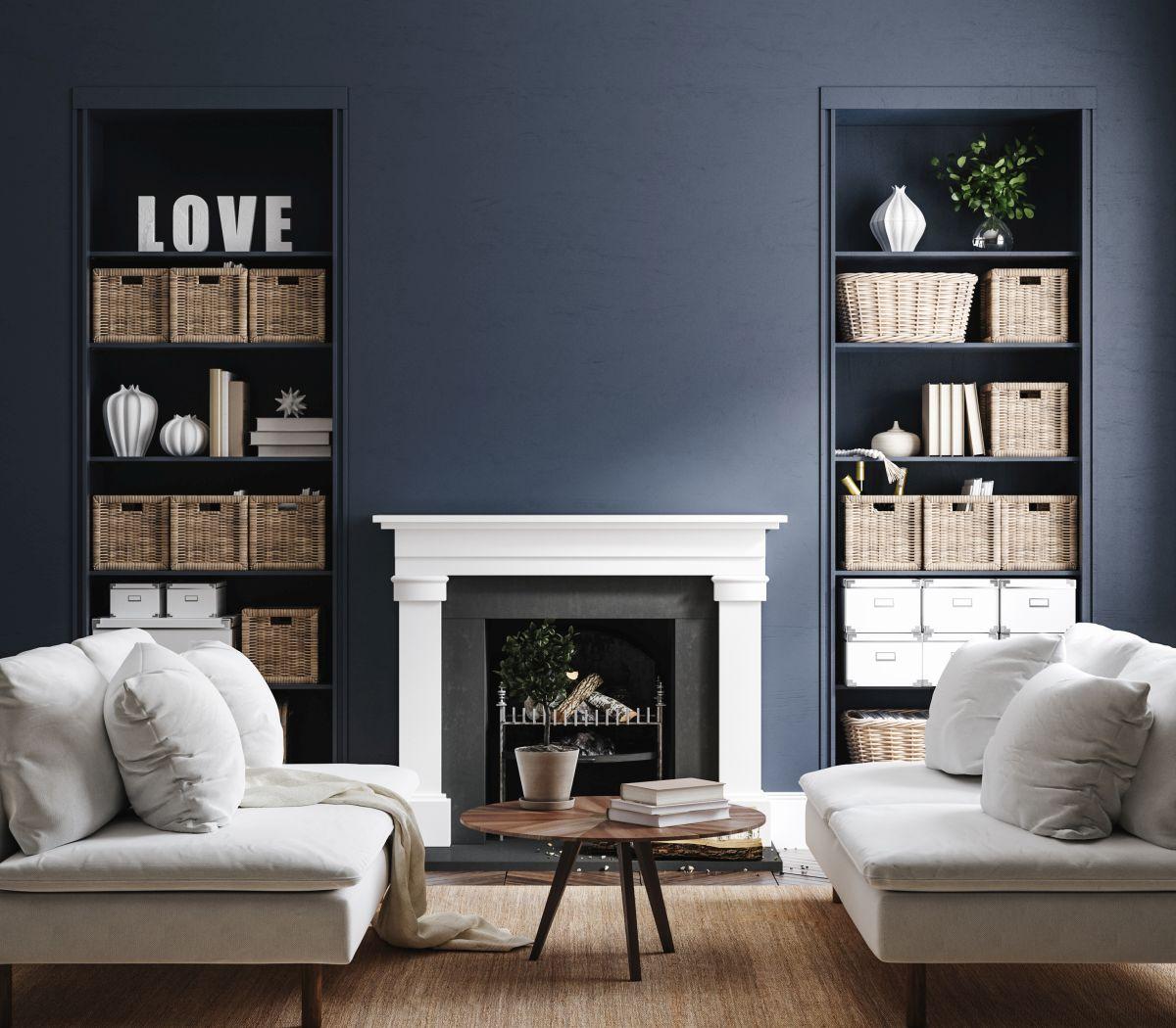 Wohnzimmer mit Regalen und geflochtenen Regalkörben
