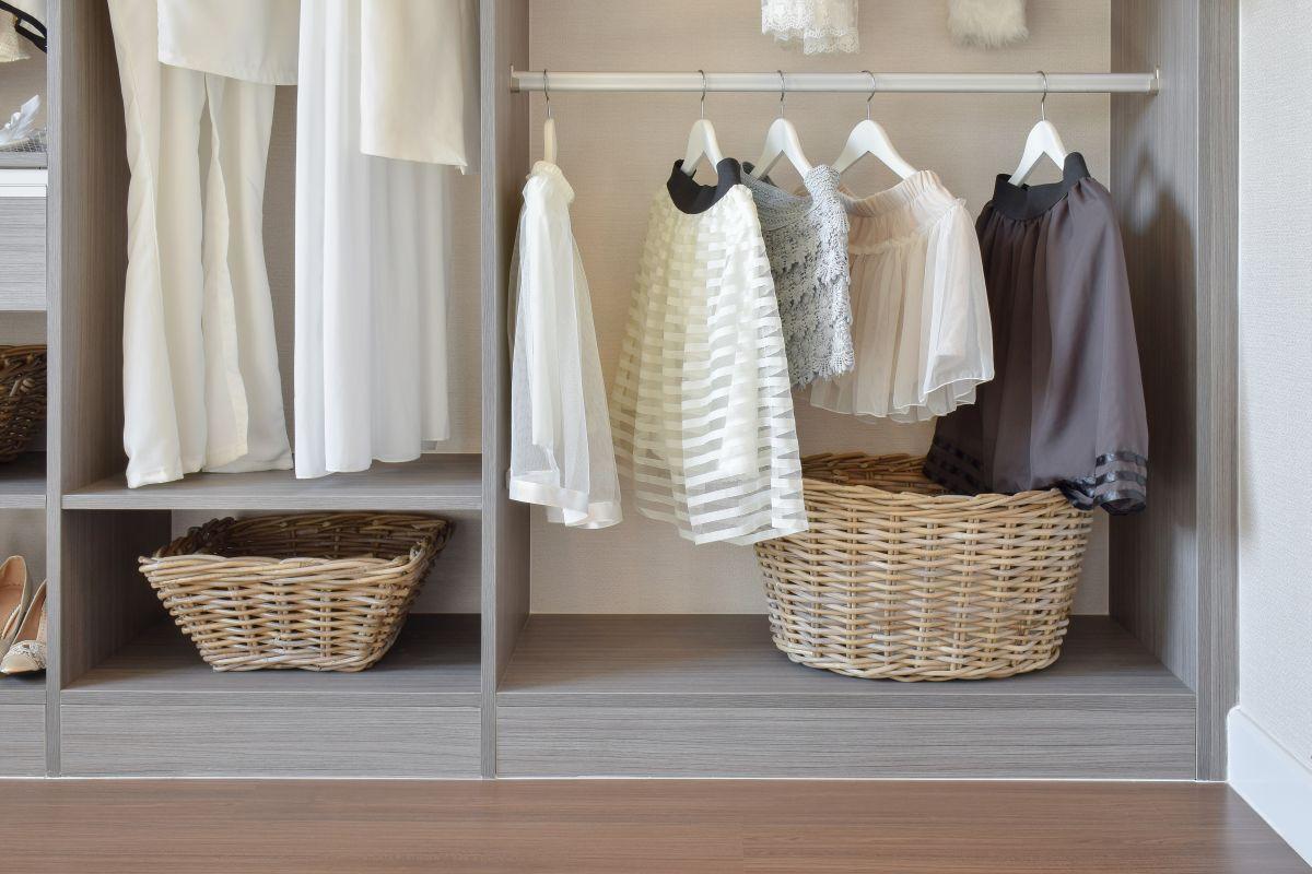 Weidenkörbe im Kleiderschrank