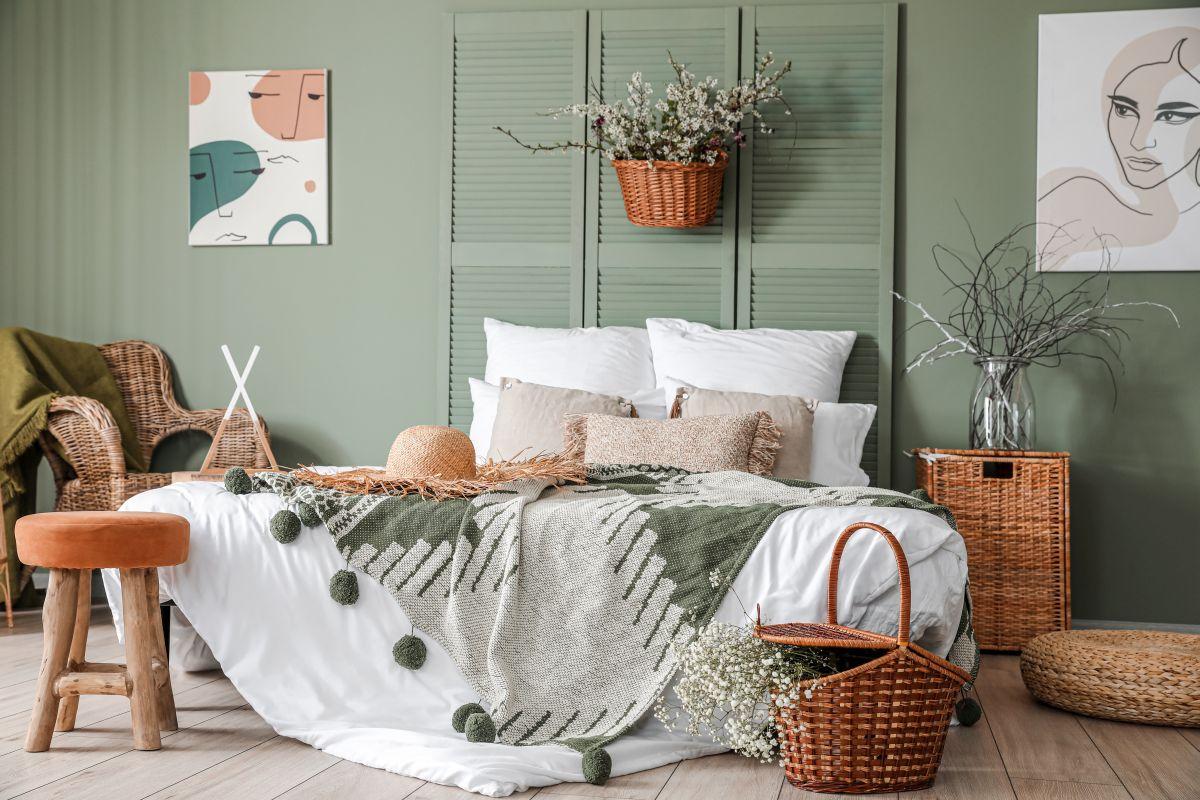 Schlafzimmer im Boho-Design mit Weidenkörben